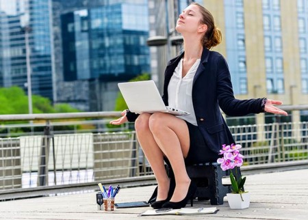Frau am Laptop bei einer Entspannungsübung