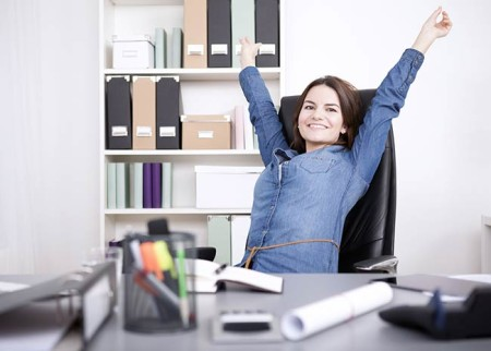 entspannte Frau am Arbeitsplatz